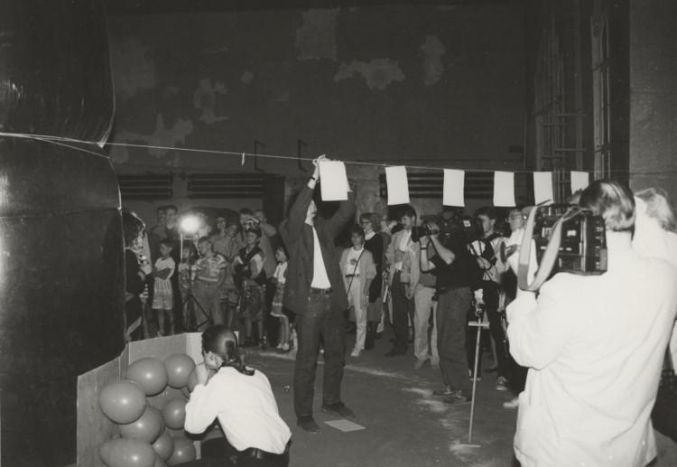 """Performance, Grupa Aby Space, Paweł Kwaśniewski, 1993, Dawna Łaźnia Miejska, wystawa """"Sztuka – Miasto – Maszyn"""" (źródło: materiały prasowe organizatora)"""