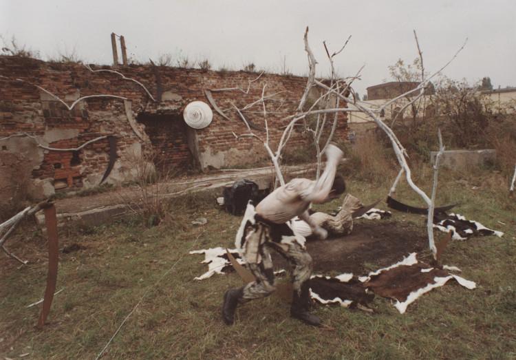 """Ziemia – Mindel – Würm, performance, Marek Rogulski, Piotr Wyrzykowski, 1990, wystawa """"Gdańsk – Warszawa"""" (źródło: materiały prasowe organizatora)"""
