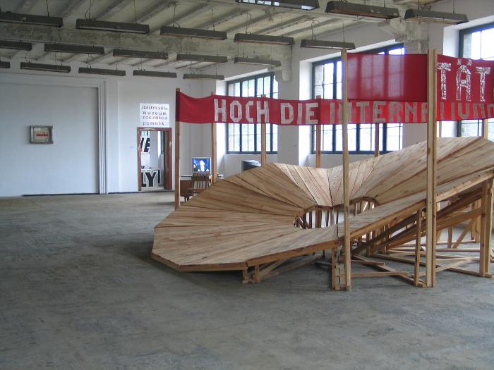 """Rene Lueck """"Himalaya Bahn"""", instalacja, 2002, Wystawa """"Strażnicy Doków"""", Instytut Sztuki Wyspa, fot. Ania Witkowska (źródło: materiały prasowe organizatora)"""