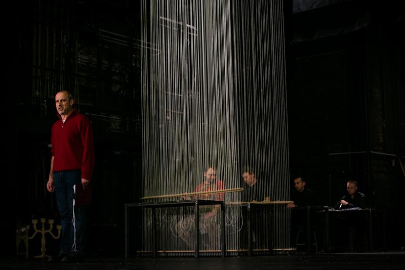 """""""Ziemia obiecana"""", reż. Remigiusz Brzyk, fot. HaWa (źródło: materiały prasowe)"""