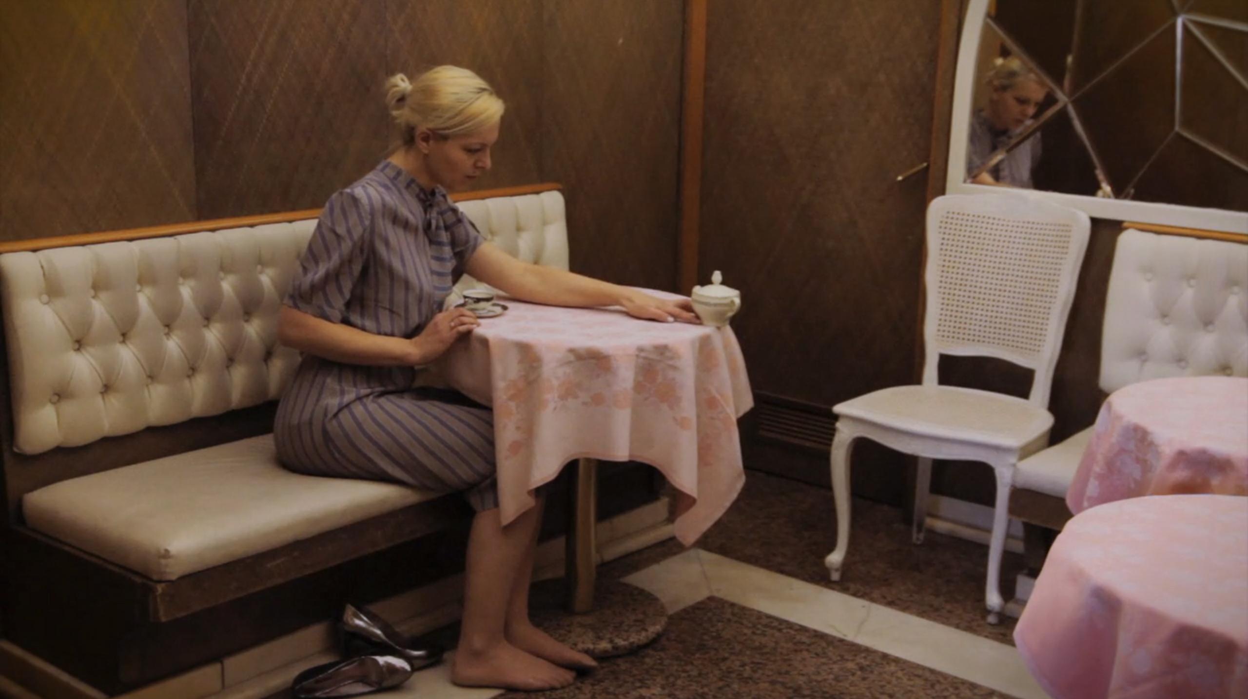 """Karolina Breguła, """"Cukiernica"""", wideo, performance do kamery, 2015 – dzięki uprzejmości artystki i galerii lokal_30 (źródło: materiały prasowe organizatora)"""