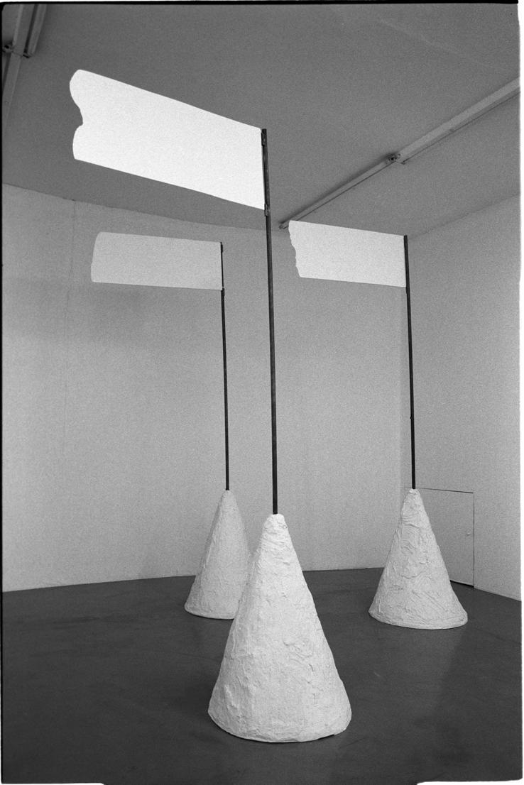 """Inge Mahn, """"Oflagowane góry"""", 1988, dzięki uprzejmości artystki i Museum Groß Fredenwalde (źródło: materiały prasowe organizatora)"""