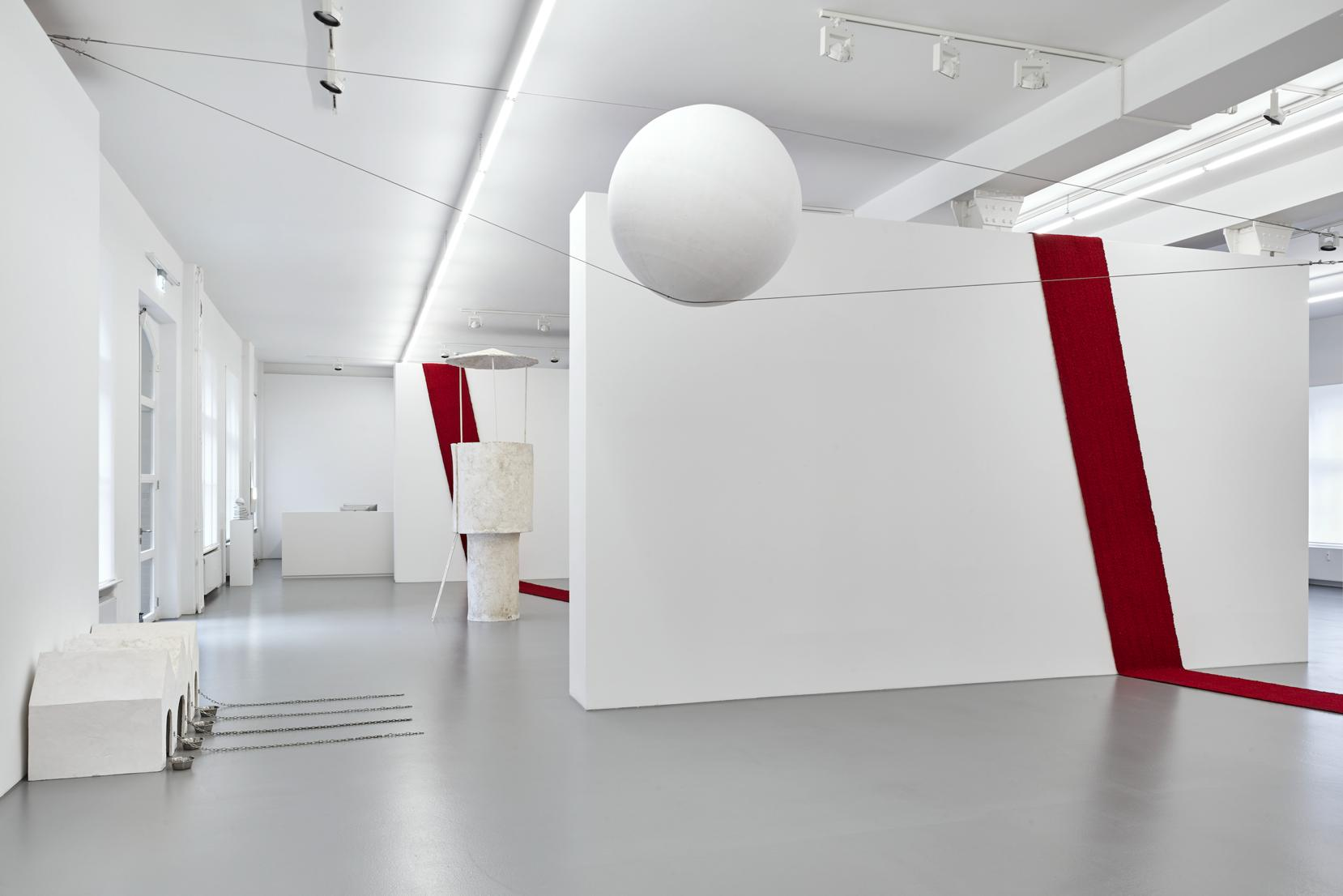 """Inge Mahn, """"Balansująca kula"""", 2015, widok wystawy w Galerie Max Hetzler, Berlin, dzięki uprzejmości Galerie Max Hetzler. Fot. def-image.com (źródło: materiały prasowe organizatora)"""