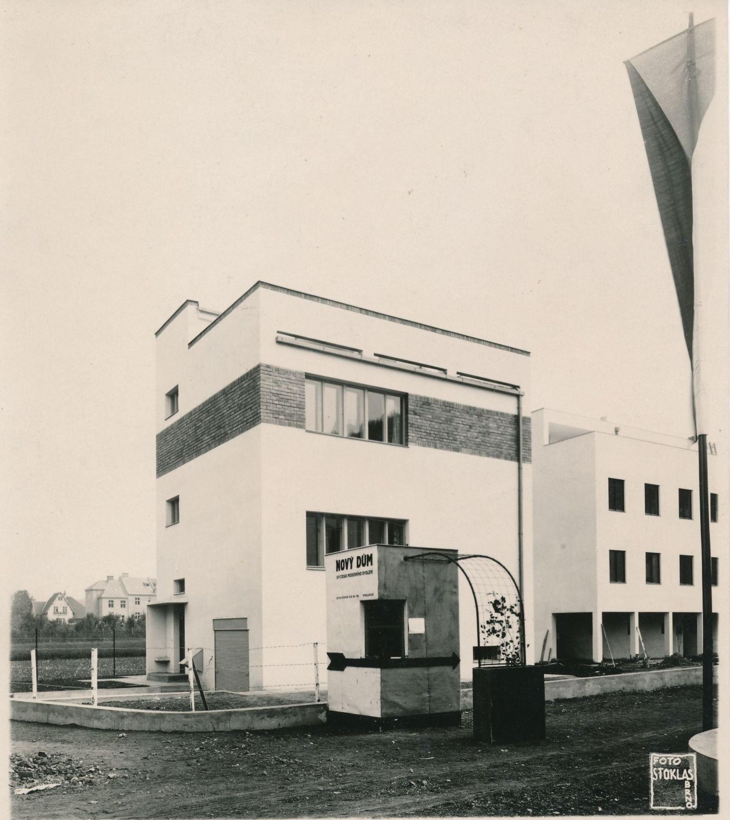 Dom zaprojektowany przez Jaroslava Siřištĕ, widok przed oficjalnym otwarciem wystawy ze stoiskiem do sprzedaży biletów, 1928, fot. Karel Stoklas, zbiory prywatne © Muzeum města Brna (źródło: materiały prasowe organizatora)