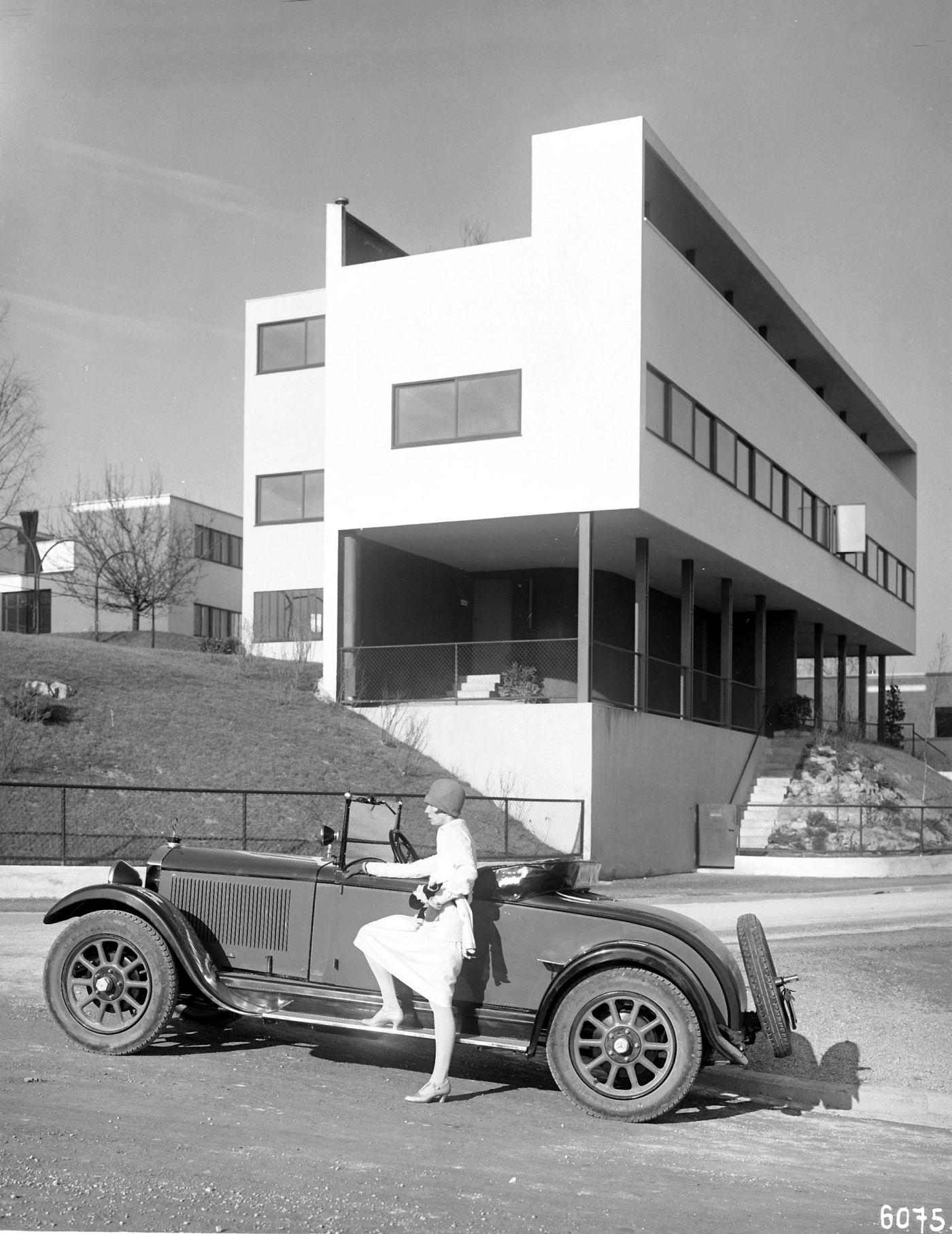 Fragment osiedla Weissenhof, na pierwszym planie samochód marki Mercedes Benz © Mercedes Benz Classic Archive (źródło: materiały prasowe organizatora)