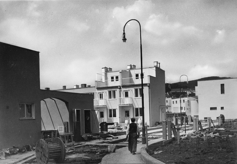 Osiedla: widok na dom projektu Josefa Franka (po lewej) i ogród domu dwurodzinnego projektu Karla Augustinusa Biebera i Otto Niedermosera, 1931 © Österreichische Werkstätten, Zdjęcie: Ing. Franz Mayer (źródło: materiały prasowe organizatora)
