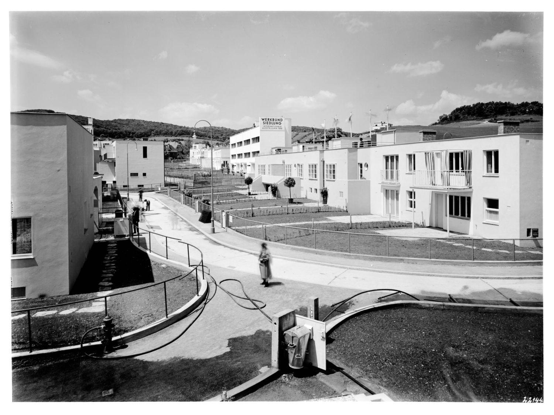 Widok od ogrodu na domy przy Veitingergasse (m.in. projektu Richarda Bauera, Josefa Hoffmanna i André Lurçat), 1932 © Architekturzentrum Wien, Sammlung, Foto: Julius Scherb (źródło: materiały prasowe organizatora)