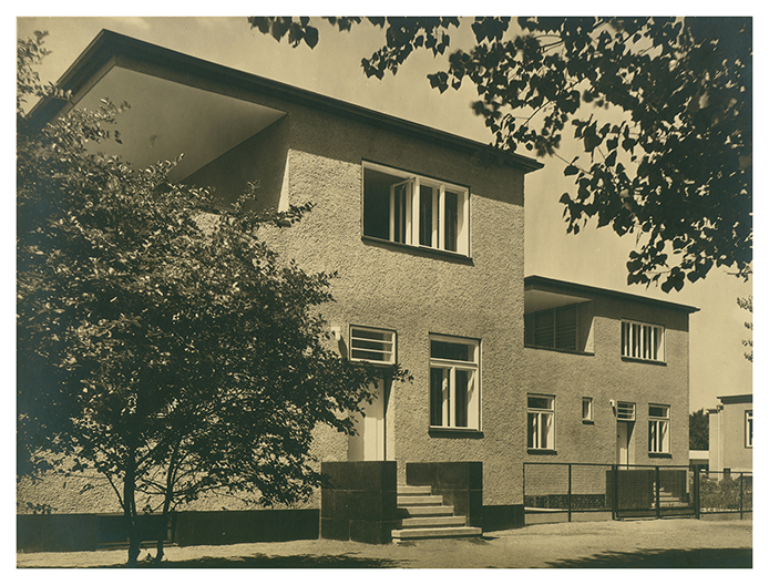 Dom nr 26– 27, dom dwurodzinny z garażami, widok od ulicy, proj. Theo Effenberger © Muzeum Architektury we Wrocławiu, MAt IIIb-533/4 (źródło: materiały prasowe organizatora)