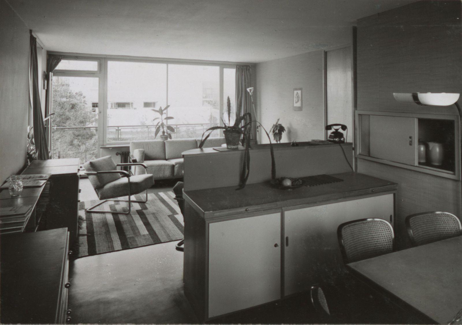 Pokój z balkonem w budynku typu N, łączący funkcję pokoju dziennego i jadalni ©gta Archives/ETH Zurich (holding Haefeli, Moser, Steiger) (źródło: materiały prasowe organizatora)