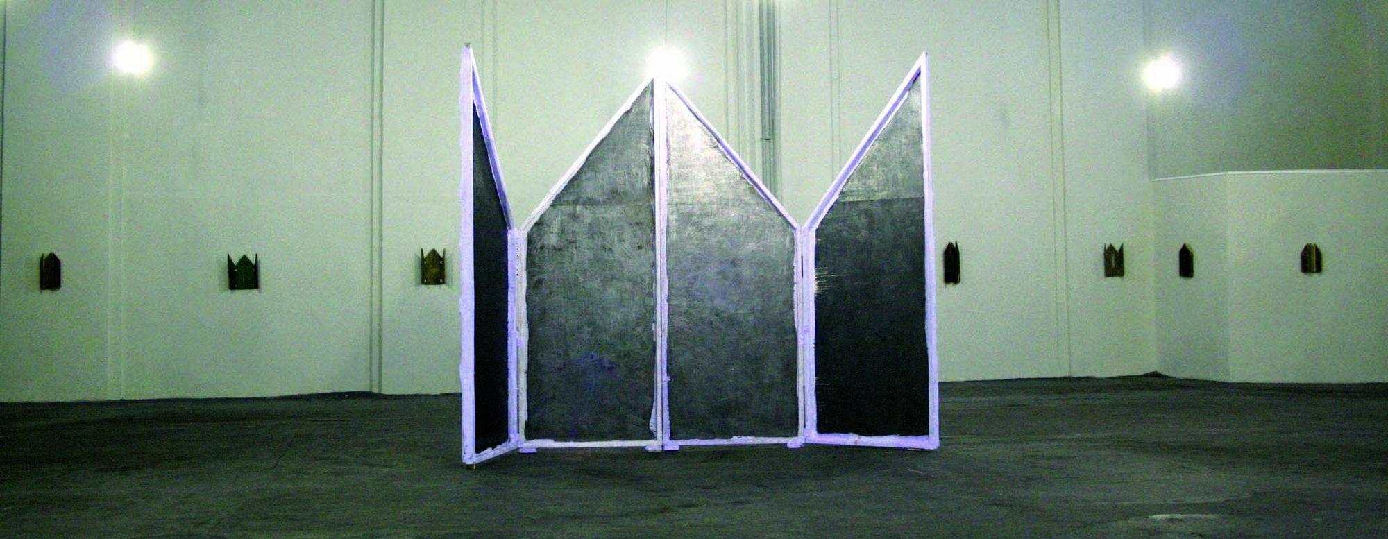 """Michał Klasik, """"Retambulum"""", rzeźba, obiekt, polichromia, materiał, grafit, 4 x 3 x 1,5 m, 2014 (źródło: materiały prasowe)"""