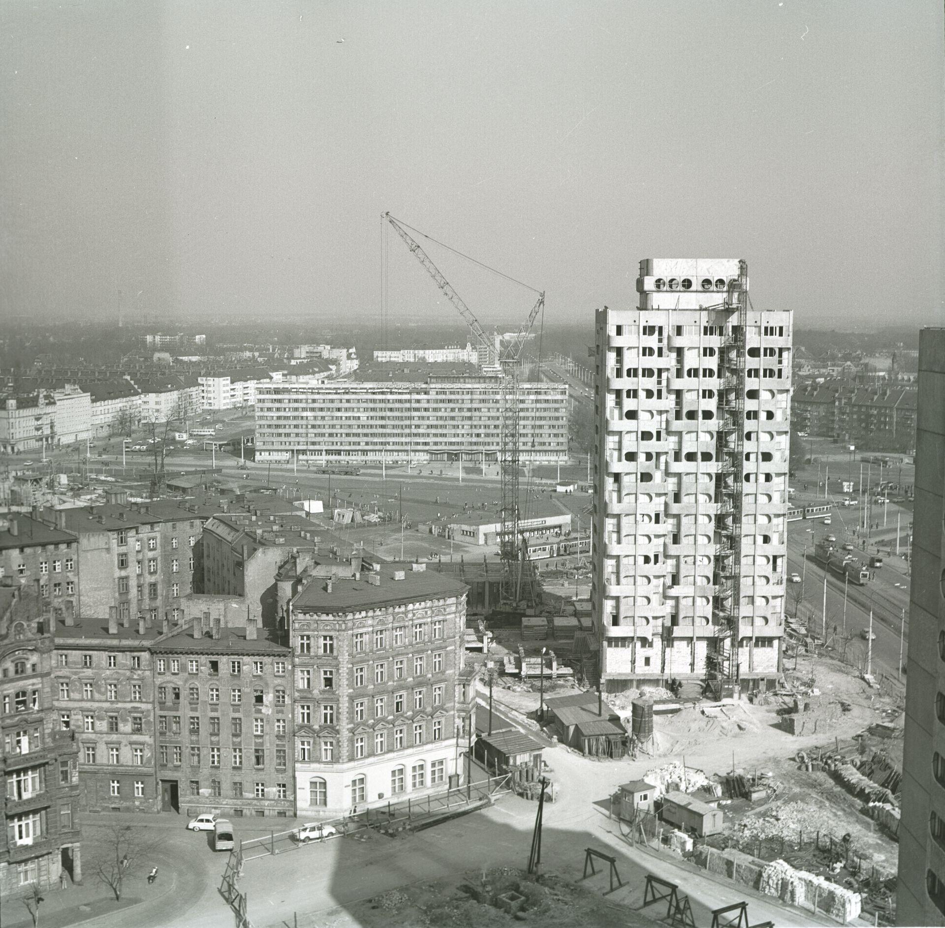 Budowa zespołu mieszkaniowego, plac Grunwaldzki, 1969–1975 (projekt 1963–1969), fot. Zbigniew Nowak, 1973, zbiory: Ośrodek Pamięć i Przyszłość (źródło: materiały prasowe organizatora)