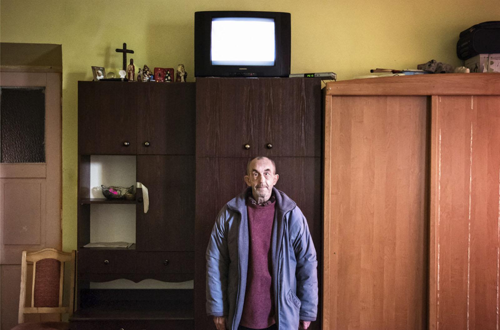 Jan Figura w swoim mieszkaniu, Radom, 1 grudnia 2013 roku (źródło: materiały prasowe organizatora)