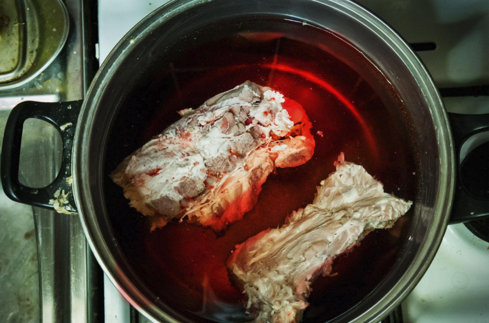 Mięso na obiad rozmraża się w garnku wody na kuchni Krzysztofa Gniadka, Radom, lutego 2014 roku (źródło: materiały prasowe organizatora)