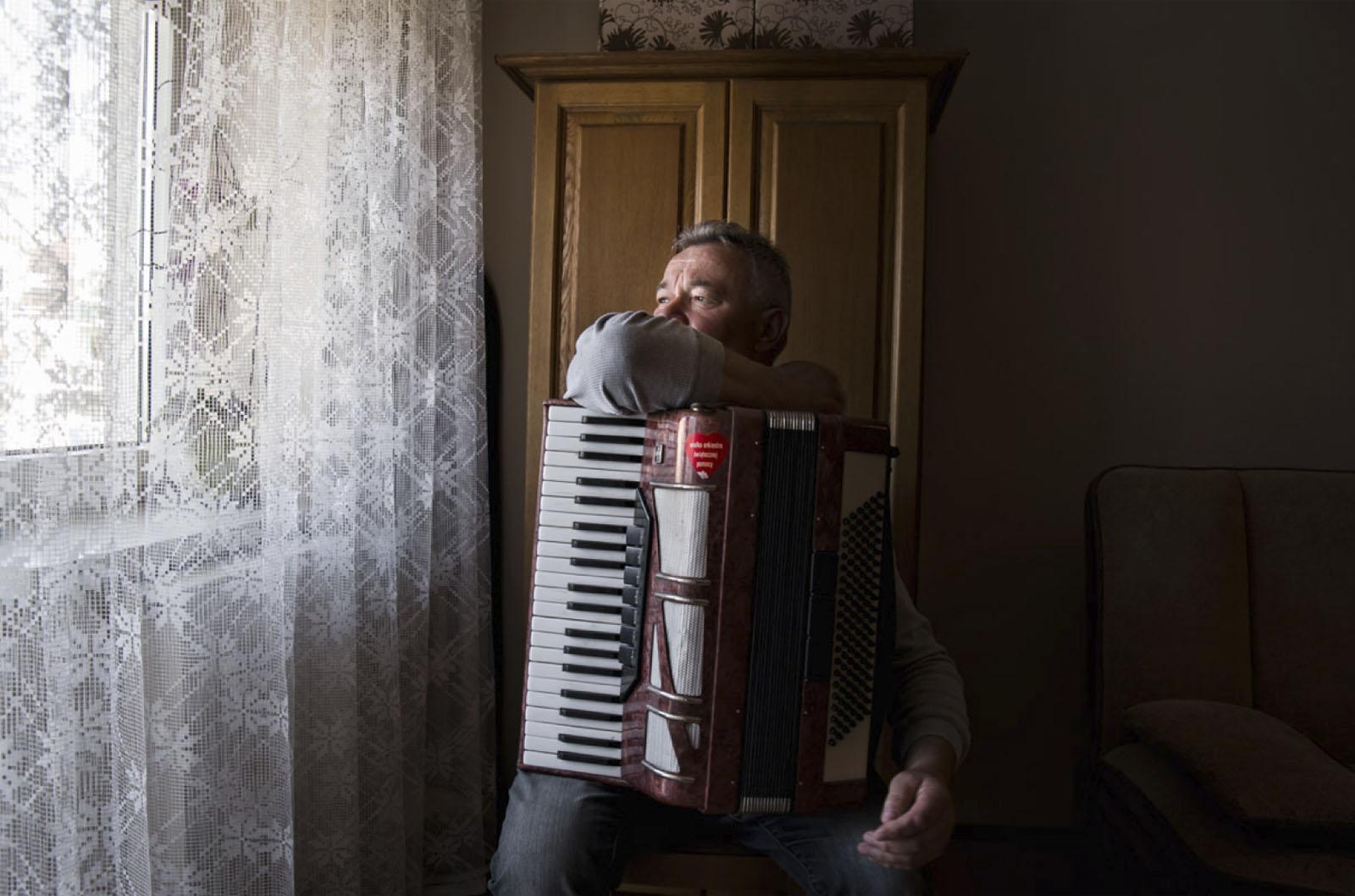 Zdzisław Gołąbek z akordeonem w swoim mieszkaniu, Radom, 8 kwietnia 2014 roku (źródło: materiały prasowe organizatora)