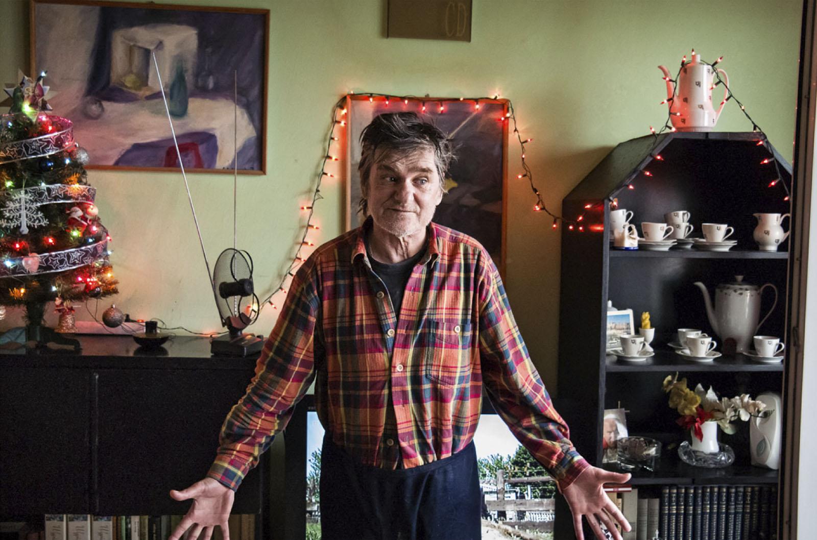 Andrzej Biel w swoim mieszkaniu udekorowanym jeszcze z okazji Świąt Bożego Narodzenia, Radom, 10 stycznia 2015 roku (źródło: materiały prasowe organizatora)