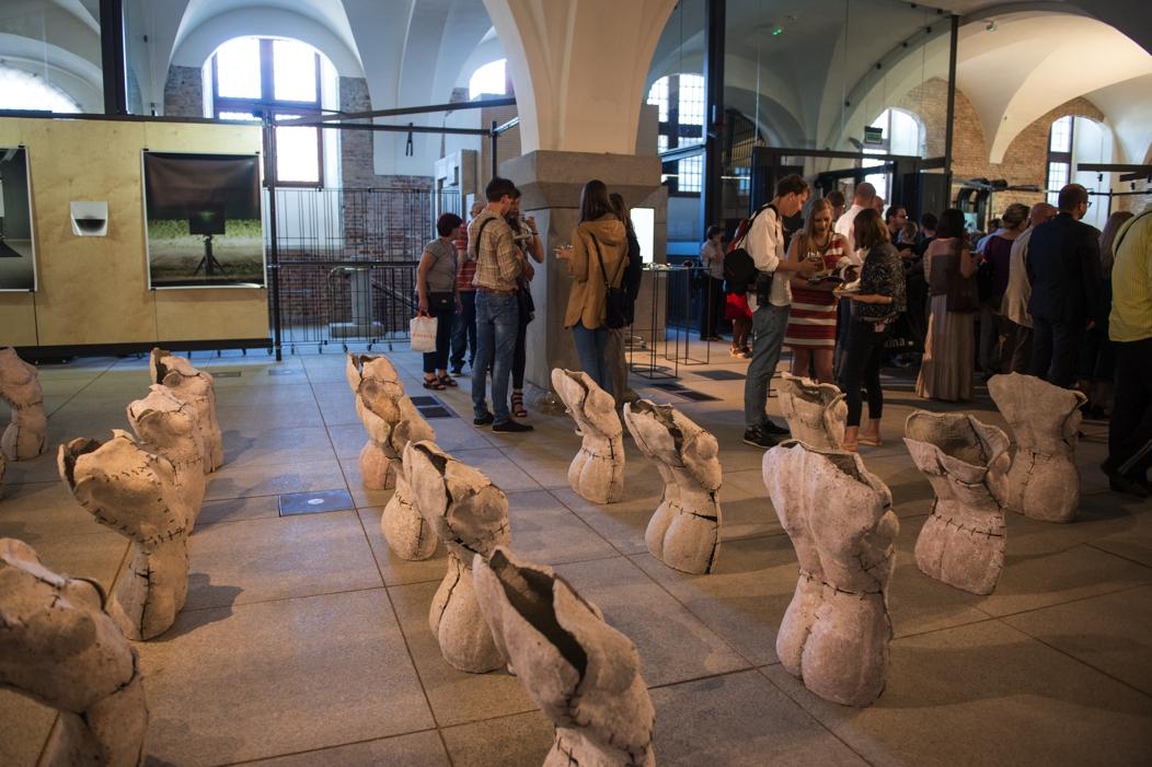 """VIII Ogólnopolska Wystawa """"Najlepsze Dyplomy Akademii Sztuk Pięknych """" – fotografia z wernisażu (źródło: materiały prasowe organizatora)"""