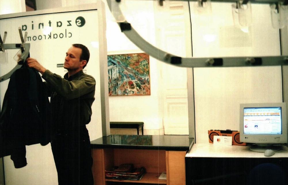 """Paweł Althamer, """"Cloakroom"""", 2003/2016, interwencja (źródło: materiały prasowe organizatora)"""