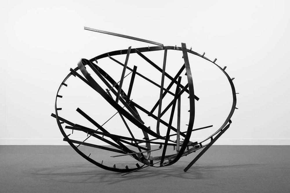 """Monika Sosnowska, """"Untitled"""", 2015, malowana stal (źródło: materiały prasowe organizatora)"""