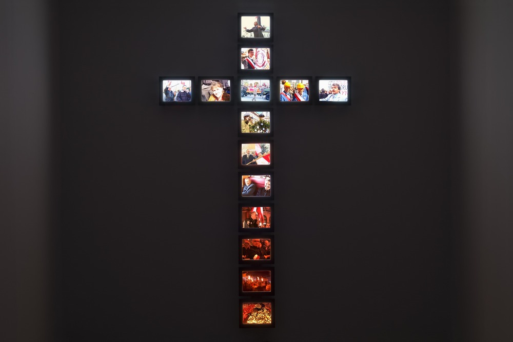 """Piotr Wysocki, """"The Cross"""", 2010–11, instalacja multimedialna, kol. Galerii Arsenał, Białystok (źródło: materiały prasowe organizatora)"""