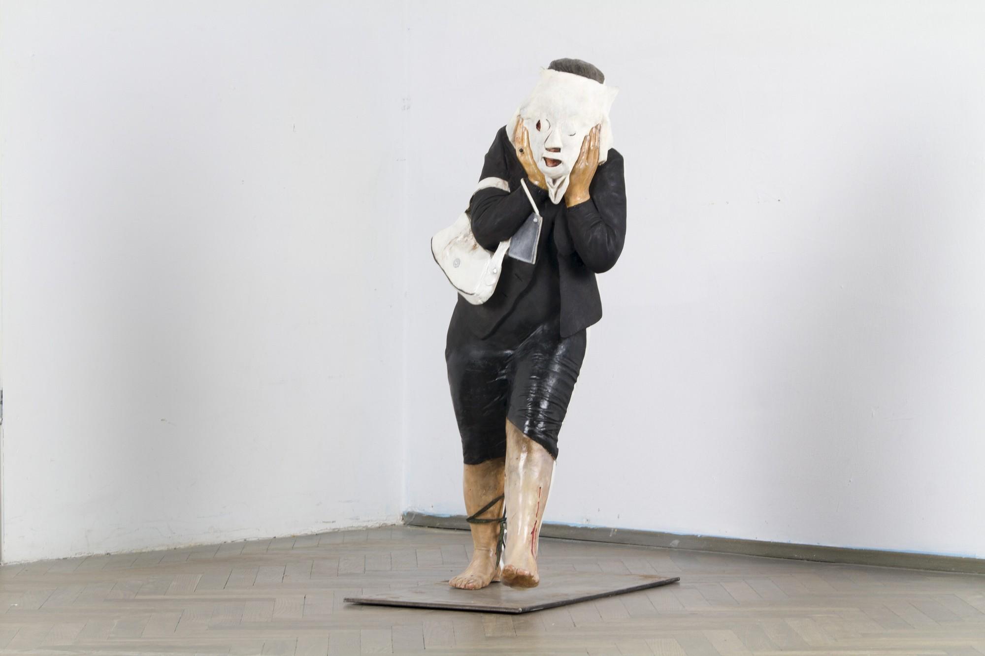 """Anna Baumgart, """"Kobieta w masce"""", 2006, rzeźba, odlew silikonowy, wys. 1 m (źródło: materiały prasowe organizatora wystawy)"""