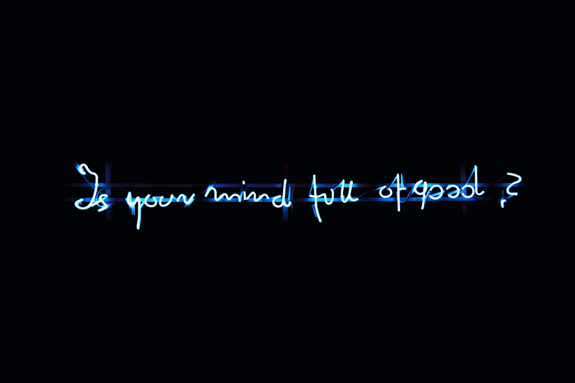 """Elżbieta Jabłońska, """"Is Your Mind Full of Good"""", 2009, neon, 28 x 200 cm (źródło: materiały prasowe organizatora wystawy)"""