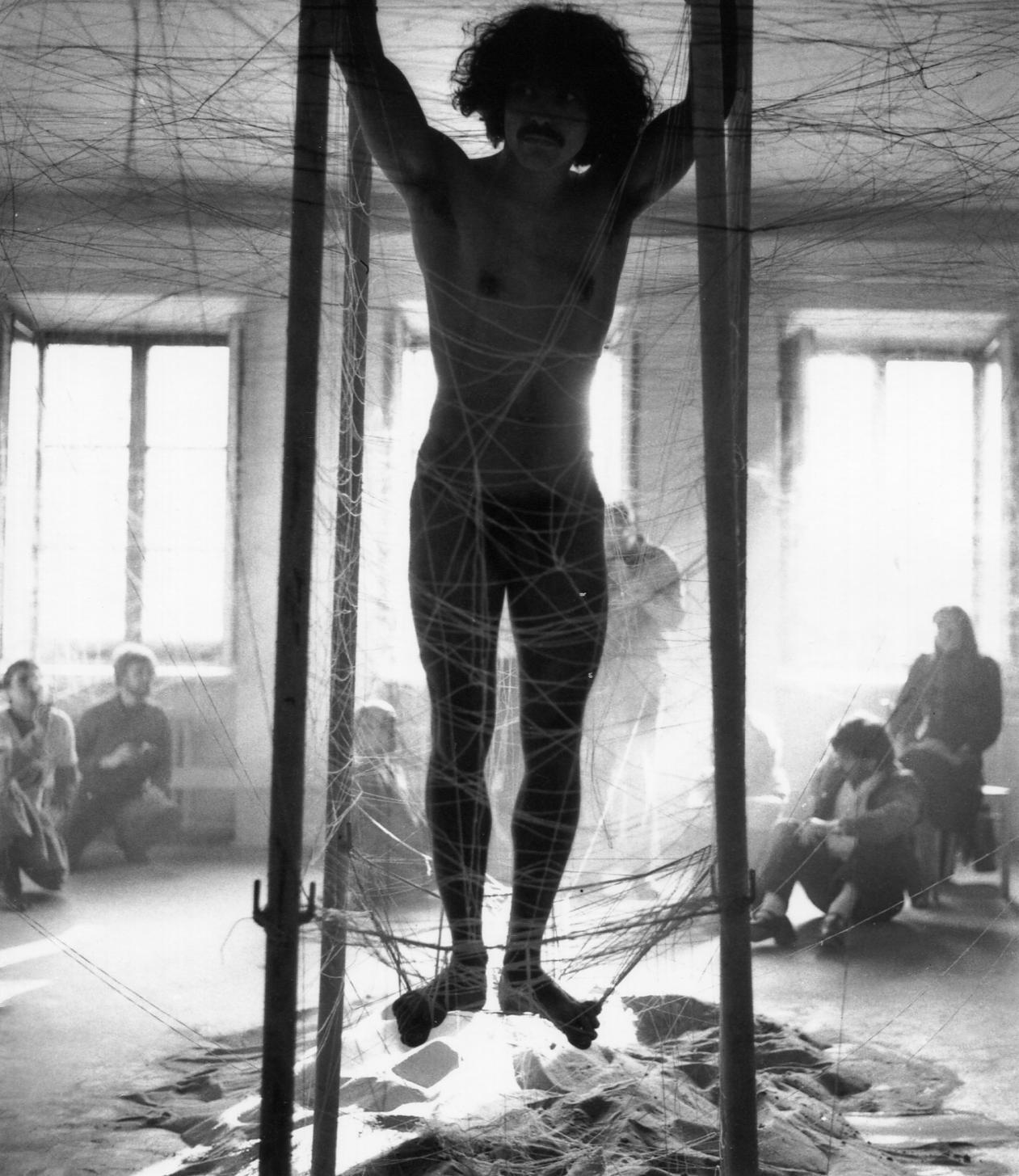 """Krzysztof Jung, """"Stwarzanie poprzez innych i horyzont wolności"""", 1980, fot. K. Jung, G.Kowalski, Archiwum Repassage, Muzeum Akademii Sztuk Pięknych w Warszawie (źródło: materiały prasowe organizatora)"""