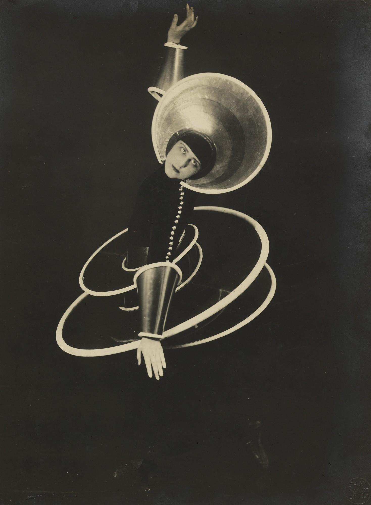 """Figura spiralna z """"Baletu triadycznego"""", 1927, fot. Atelier Grill (Karl Grill), wł. Bauhaus-Archiv Berlin (źródło: materiały prasowe organizatora)"""