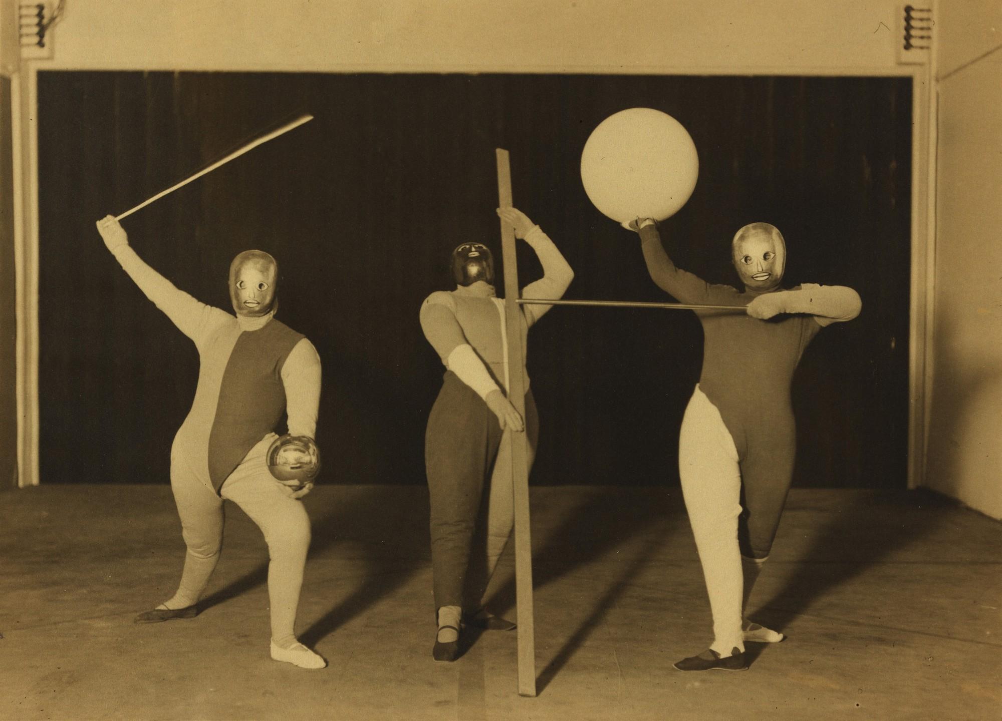 """""""Scena Bauhausu: Taniec form"""" (tancerze: Oskar Schlemmer, Werner Siedhoff, Walter Kaminsky), 1927, fot. Erich Consemüller © dr. Stephan Consemüller, wł. Bauhaus-Archiv Berlin (źródło: materiały prasowe organizatora)"""