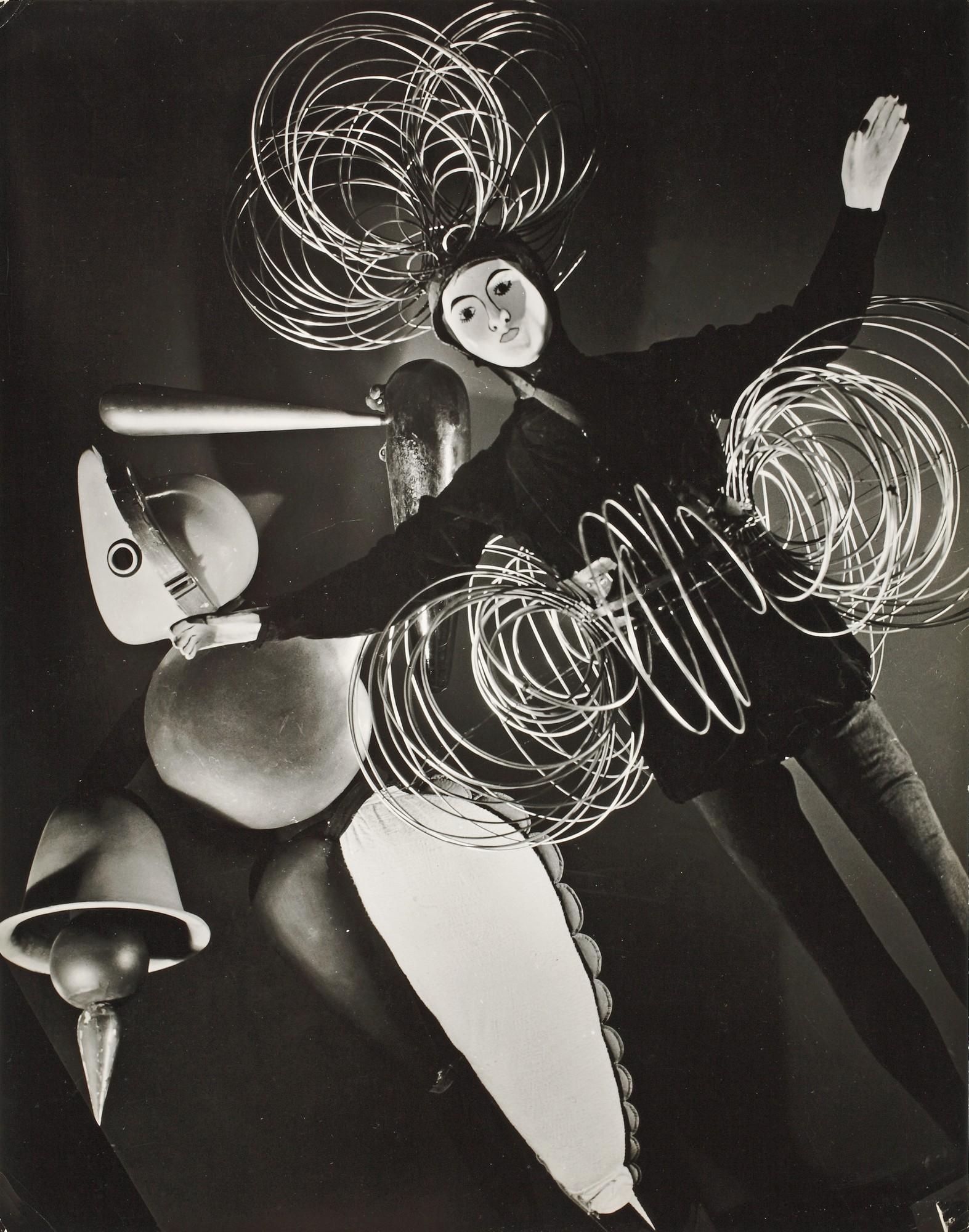 """Figura drutowa i figura abstrakcyjna z """"Baletu triadycznego"""". Zdjęcie z wystawy """"Bauhaus: 1919–1928"""", Museum of Modern Art, Nowy Jork, 1938–1939, 1938, fot. Hansel Mieth, wł. Bauhaus-Archiv Berlin (źródło: materiały prasowe organizatora)"""