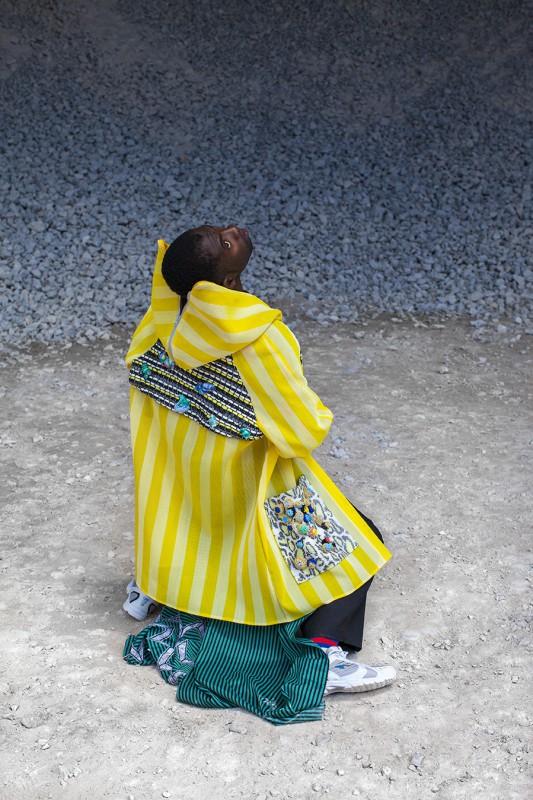 """Ewelina Czaplicka-Ruducha, """"Polonauts"""", płaszcz z nylonowej siatki ze skórzanymi kieszeniami, z aplikacjami (źródło: materiały prasowe organizatora)"""