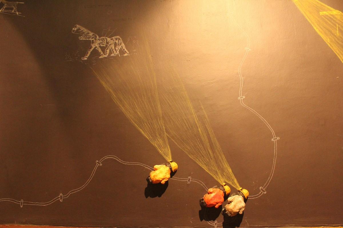 """Prabhakar Pachpute, """"Sen górnika"""", Wystawa w szkole autorskiej Galata Greek w ramach 14. Biennale w Stambule (źródło: materiały prasowe organizatora)"""