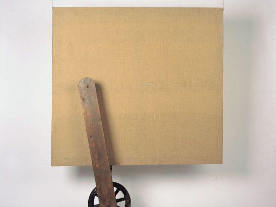 """Tadeusz Kantor, """"Płótno i koło"""", z serii """"Wszystko wisi na włosku"""", technika mieszana, Kolekcja Galerii Starmach (źródło: materiały prasowe organizatora)"""