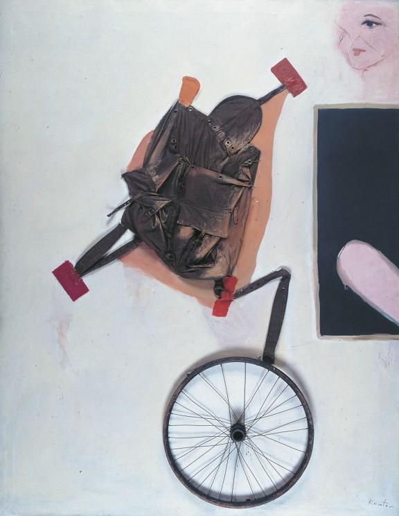 """Tadeusz Kantor, """"Emballage IV"""", 1967, plecak, koło rowerowe, olej, płótno, wł. Muzeum Sztuki w Łodzi (źródło: materiały prasowe organizatora)"""