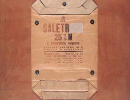 """Tadeusz Kantor, """"Saletr 25% N z zawartością magnezu…"""", 1964, z cyklu Torby przemysłowe, wł. Muzeum Sztuki w Łodzi (źródło: materiały prasowe organizatora)"""