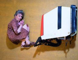 """Ingrid Lausund, """"Skrzywienie kręgosłupa"""", reż. Natalia Sołtysik. Fot. BTW photographers Maziarz Rajter (źródło: materiały prasowe)"""