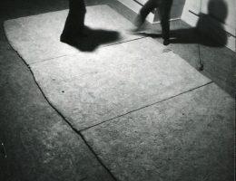 """Daniel Wnuk, """"Obszar obojętny"""", praca dyplomowa – kilkudniowa akcja w Galerii Repassage, 1980, Archiwum Repassage, Muzeum ASP w Warszawie (źródło: materiały prasowe organizatora)"""