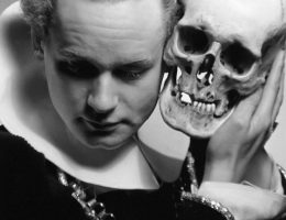 Henryk Tomaszewski jako Hamlet, 1952 (źródło: materiały prasowe muzeum)