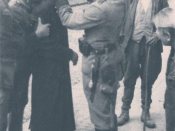 Obcinanie pejsów ortodoksyjnym Żydom przez żołnierzy niemieckich na ulicy w Krakowie (źródło: materiały prasowe organizatora)