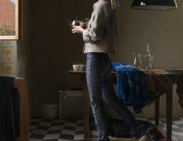 """Dorothee Golz, """"Dziewczyna z perłą"""", z cyklu """"Obrazy cyfrowe"""" (""""Digitale Gemälde""""), 2009, fotografia, 210 × 145 cm, dzięki uprzejmości D. Golz, Charim Galerie, Wiedeń, (źródło: materiały prasowe organizatora)"""
