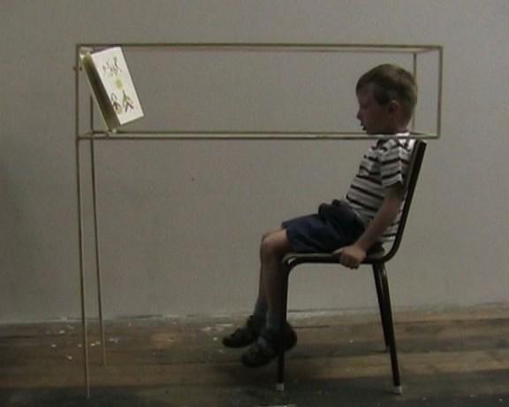 """Eva Kotatkova, """"Siedź prosto (Sit up straight)"""", praca w kolekcji Ludwig Museum – Muzeum Sztuki Współczesnej w Budapeszcie (Ludwig Museum – Museum of Contemporary Art, Budapest) (źródło: materiały prasowe organizatora)"""
