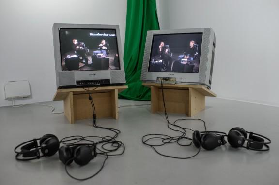 """Szuper Gallery (Susanne Clausen, Pavlo Kerestey), """"Przesłuchując Szuper Gallery"""", 2005, fot. Wojciech Pacewicz (źródło: materiały prasowe organizatora)"""