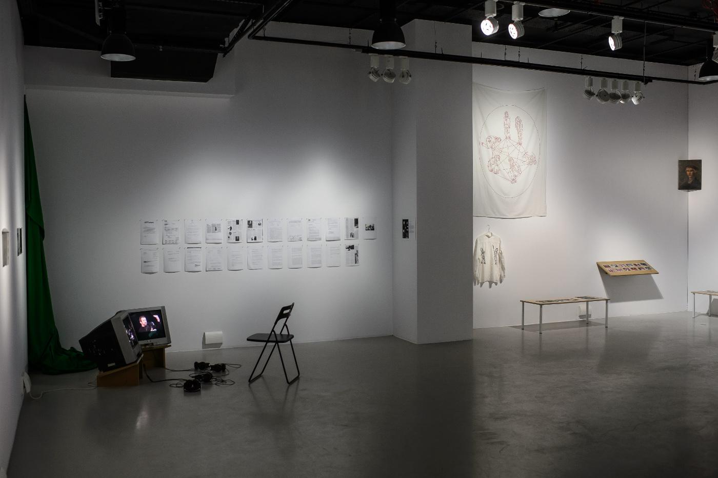 """Ogólny widok wystawy """"Historia o pewnych historiach"""", fot. Wojciech Pacewicz (źródło: materiały prasowe organizatora)"""