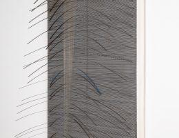 """Jesus Rafael Soto, """"Curve bleu"""", 1965, akryl, dreno, metal, nylon, 158,4 x 105,7 cm, dzieki uprzejmosci fundacji Signum (źródło: materiały prasowe organizatora)"""