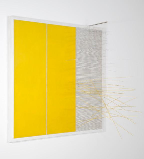 """Jesus Rafael Soto, """"Vibration a droite"""", 1969, akryl, drewno, metal, nylon, 136,5 x 160 x 39,5 cm, dzieki uprzejmosci fundacji Signum (źródło: materiały prasowe organizatora)"""