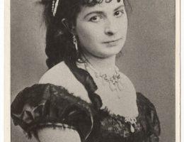 """Antonina Hoffmann w roli Guldy w """"Cyganach"""" J. Korzeniowskiego, fot. W. Rzewuski, 1862, wł. MHK (źródło: materiały prasowe organizatora)"""