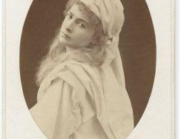 """Antonina Hoffmann w roli Gilberty w """"Frou-Frou"""" L. Halèvy'ego, H. Meilhac'a, fot. W. Rzewuski, 1870, wł. MHK (źródło: materiały prasowe organizatora)"""