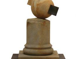 """Andrzej Zwolak, z cyklu """"Układ zamiennych"""", 2002–2006, piaskowiec, blacha stalowa, 77x63x63 cm (źródło: materiały prasowe organizatora)"""