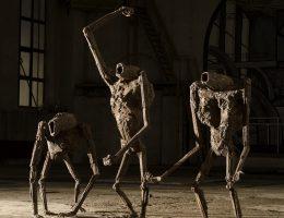 """Mariola Wawrzusiak, """"Manifestacja"""", 2013, metal spawany, 192x60x65 cm, 127x100x70 cm, 98x70x130 cm (źródło: materiały prasowe organizatora)"""