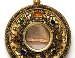 Relikwiarz medalionowy ze sceną pokłonu Trzech Króli, Wrocław ok. 1500, złoto, emalia, kameryzacja, fot. Arkadiusz Podstawka (źródło: materiały prasowe organizatora)
