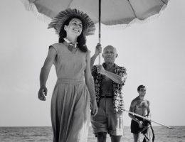 Robert Capa, Pablo Picasso i Françoise Gilot. W tle siostrzeniec malarza Javier Vilato. Golfe-Juan, Francja, sierpień 1948 © International Center of Photography/Magnum Photos (źródło: materiały prasowe organizatora)